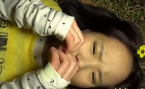 加賀美シュナ パイパンのJSが夜のキャンプ場で声も出せずガンガン突かれる着衣レイプ