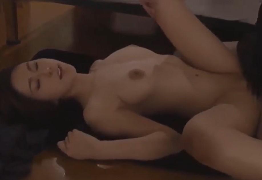 松下紗栄子 寝ている旦那の横で大胆にもパイパン不倫セックスする妻