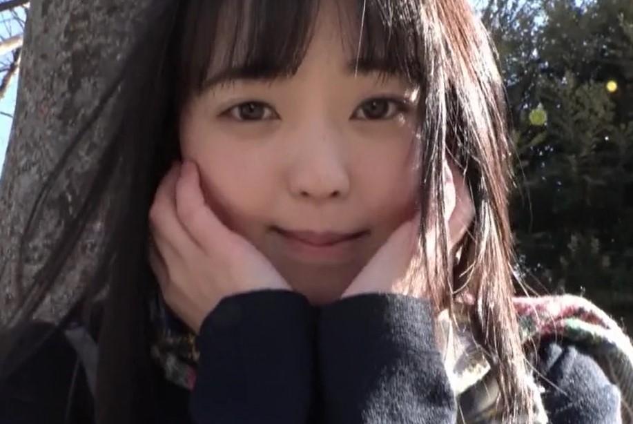 泉りおん 激カワの黒髪美少女パイパンJKが教室で制服を脱いで全裸に