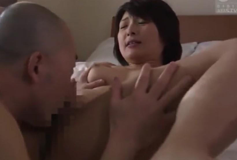 【鮎原いつき】身内と不倫して性欲処理する淫猥熟女なパイパン人妻