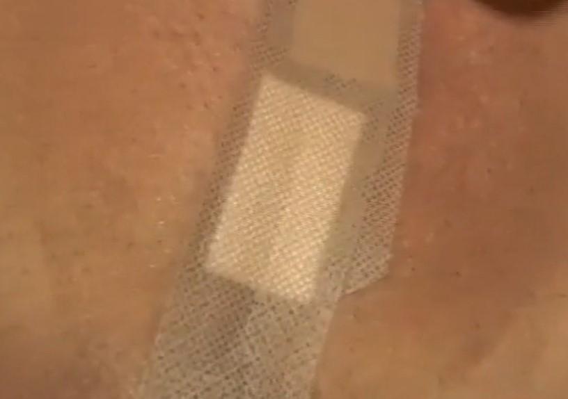 パイパンマンコに貼られた絆創膏にローター当ててマンスジが出てくる
