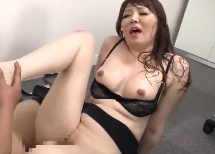 【華月さくら】性欲強すぎるパイパン熟女OLが汗だくオフィスセックス