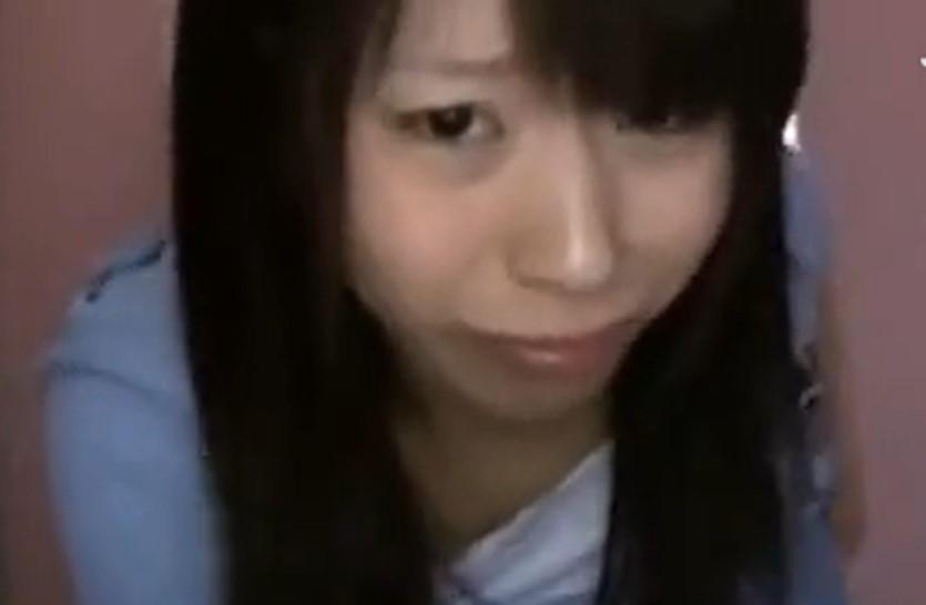公衆トイレでパイパンの狭いワレメにチンコ挿入される女子中学生