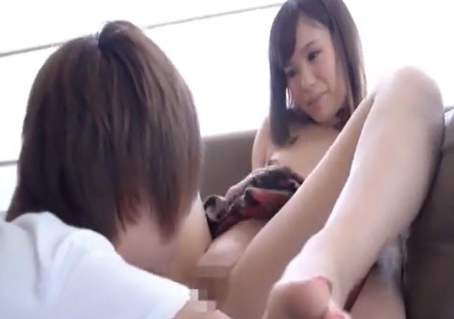 秋吉花音 パイパンロリがイケメン男優にアソコを見られ照れてしまう