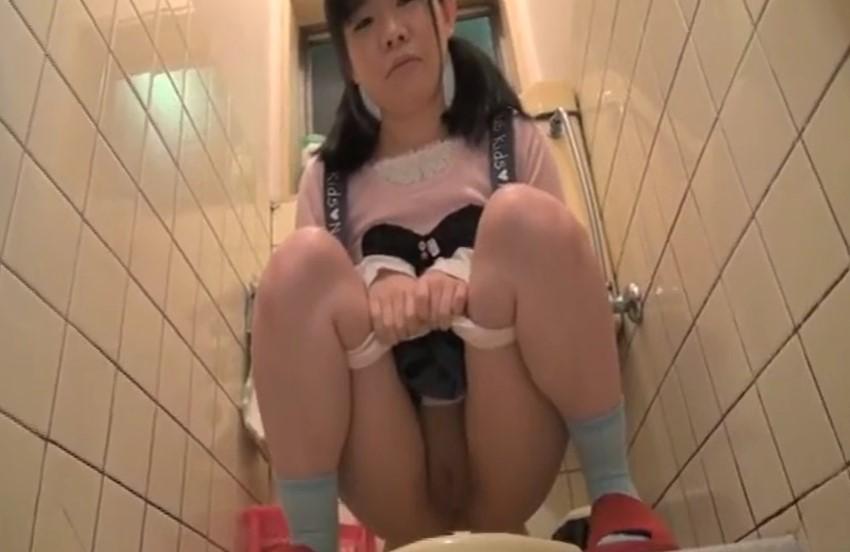 中里まいあ まだパイパンの娘のトイレ後の割れ目を舐めて綺麗にする父親