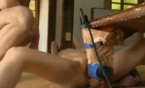 父親に手を縛られピストンマシンで躾されるパイパンスレンダーロリ